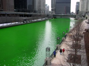 Chicago_River_dyed_green,_focus_on_river